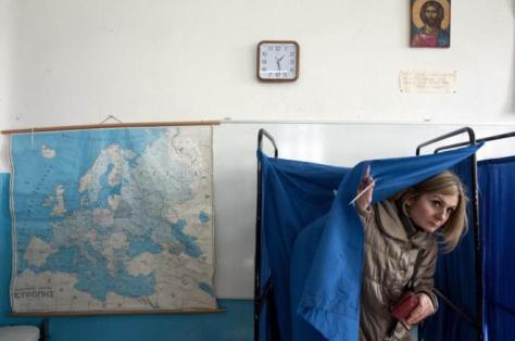 Una mujer, en su colegio electoral de Atenas | ALEXANDROS AVRAMIDIS- REUTERS