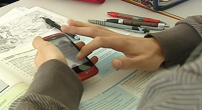 El 33% de estudiantes se distrae con el móvil