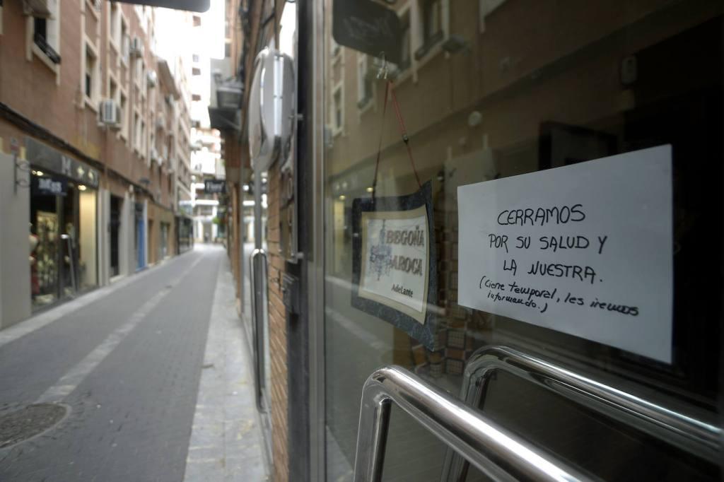 La Gran Vía de Murcia aparece desierta debido al confinamiento impuesto por la pandemia del coronavirus COVID-19 en esta imagen de Nacho García (AGM) publicada en el diario La Verdad el pasado 15 de marzo de 2020